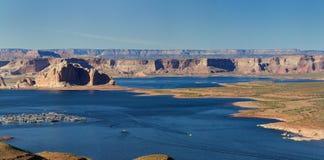 Stor panorama av kanjoner och en sjö på en klar himmeldag i Arizona, USA Royaltyfria Bilder