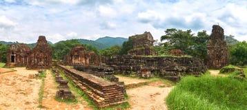 Stor panorama från de gamla religiösa byggnaderna från den Champa välden - chamkultur I min son nära Hoi, Vietnam Arkivbild