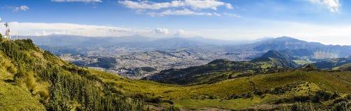 Stor panoramautsikt av Quitostaden, Ecuador Arkivbild