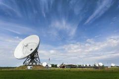 Stor parabolisk satellit- station för uppsnappande av telecommun arkivbild