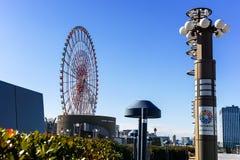 Stor pariserhjul som ses från den dröm- bron Arkivfoto