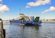 Stor passagerarepråm och sikt på Klaipeda port i den Curonian lagun Sikten från Curonianen spottar på stadsport, Klaipeda Litauen Royaltyfri Fotografi
