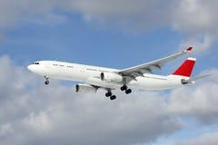 Stor passagerarflygplan på inställningen för att landa Arkivbilder