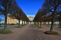 Stor Peregofsky slott i Peterhof, St Petersburg, Ryssland Royaltyfri Bild