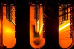 Stor plast- buteljerar stöpningsmaskinen Arkivbild