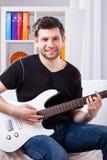 Stor pojke med hans elektriska gitarr Royaltyfri Foto