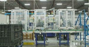 Stor produktionslinje av delar för bilindustrin med maskiner stock video
