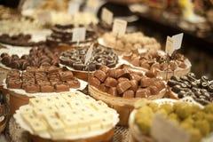Stor räknare med chokladgodisar Royaltyfria Bilder