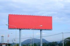 Stor röd affischtavla på huvudvägen, mellanrum för utomhus- arkivfoto