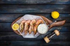 Stor röd argentinsk räka eller langoustine med vit sås och citronen fotografering för bildbyråer