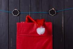 stor röd ask som locket av Santa Claus klibbar från Arkivfoton
