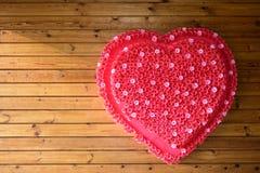 Stor röd hjärta på den naturliga träbakgrunden kopiera avstånd arkivbild