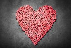 Stor röd hjärta som göras från små hjärtor royaltyfria bilder