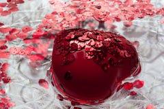 Stor röd hjärta svävar i vatten ferie Arkivfoto