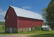 Stor röd ladugård i lantliga Wisconsin royaltyfri fotografi