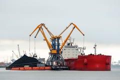 Stor röd lastfartygpäfyllning royaltyfri bild
