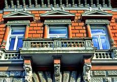 Stor röd och vit byggnad på solig dag royaltyfria foton