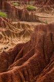 Stor röd sandstenklippa framme av torrt varmt Fotografering för Bildbyråer