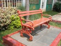 Stor röd stol parkerar på utrymme Royaltyfri Foto