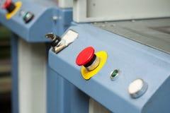 Stor röd strömbrytare på maskinkontrollbordet Arkivbild