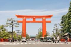 Stor röd torii i den Heian Jingu relikskrin Royaltyfria Foton
