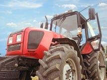 Stor röd traktor arkivbilder