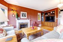 Stor röd vardagsrum och spis. fotografering för bildbyråer