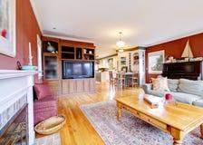 Stor röd vardagsrum, TV och spis. Royaltyfria Foton