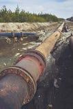 Stor rörledning för stöld på en jordning Gammal rörskarv Royaltyfria Foton