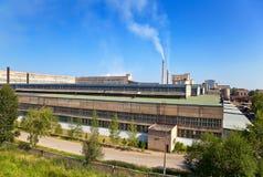 stor rökning för lampglasfabrik Arkivbild