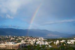Stor regnbåge över Karmiel Arkivbilder