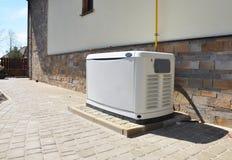 Stor reserv- naturgasgenerator för utomhus- husbyggnad arkivbilder
