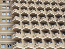 Stor residenetial highrisebyggnad med vinkelformiga balkonger Royaltyfri Bild
