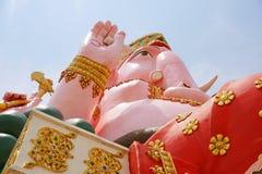 Stor rosa ganeshstaty i wat Prongarkat på Chachoengsao Thailand Royaltyfria Bilder