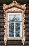 stor rostov Fönster med sned arkitrav Arkivbild
