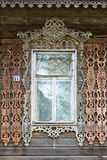 stor rostov Fönster med sned arkitrav Arkivfoto