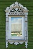stor rostov Fönster med sned arkitrav Arkivbilder