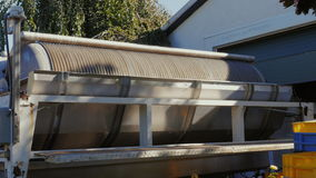 Stor roterande press för juicing av druvorna stock video