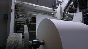 Stor rulle av tapeten f?r papper f?r tillverkning av, en modern tapet f?r fabrik f?r tillverkning av arkivfilmer