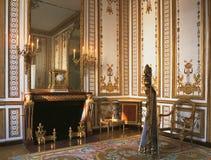 Stor rum, skulptur och ljuskrona på den Versailles slotten Fotografering för Bildbyråer