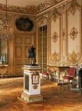 Stor rum, skulptur och ljuskrona på den Versailles slotten royaltyfri bild
