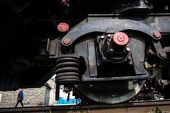 Stor rysslokomotiv i reparationsseminariet för gamla drev Arkivfoto