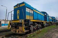 Stor rysslokomotiv i reparationsseminariet för gamla drev Royaltyfria Bilder