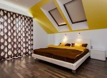 Stor säng i modernt sovrum Fotografering för Bildbyråer