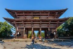 Stor södra port (Nandaimon) på den Todaiji templet i Nara Arkivfoto