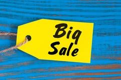 Stor Sale etikett på blå träbakgrund Försäljningar rabatt, advertizing, marknadsföringsprislappar för kläder, inredningar Arkivbilder