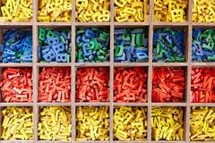 Stor samling av färgrika alfabetbokstäver Arkivfoto