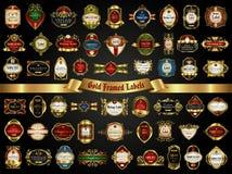 Stor samling av färgrika guld-inramade etiketter i tappningstil på en svart bakgrund Arkivfoton