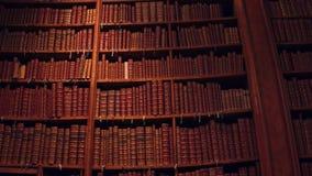 Stor samling av gamla uncognizable böcker 4K Pan Shot lager videofilmer