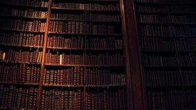 Stor samling av gamla uncognizable böcker skott för steadicam 4K arkivfilmer